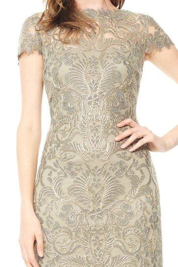 Короткое вечернее платье, выполненное в бежево-золотистых тонах.