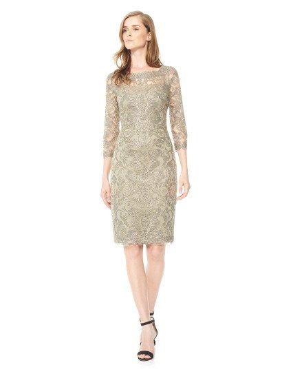 Песочная ткань вечернего платья дополнена изысканной сверкающей фактурой серебристого кружева с абстрактным мотивом, который прекрасно сочетается с лаконичным прямым силуэтом, сдержанно обрисовывающим фигуру.  Рукава длиной в три четверти и округлое декольте на лифе придают образу максимум женственности, как и стильный V-образный вырез на спинке вечернего платья, а юбка длиной до колена делает его соблазнительнее.