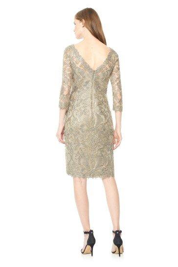 Короткое вечернее платье с рукавами три-четверти.