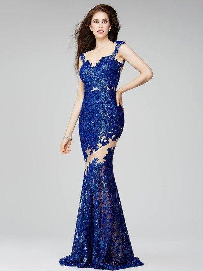Облегающее вечернее платье покоряет необычным декором и асимметричным кроем верха, дополненного рукавом из прозрачной ткани с вышитой манжетой. Лиф сердечком и узкие фигурные бретели на бежевой подкладке создает вышивка сияющими синими пайетками, которая плотным слоем спускается до середины бедер, где проходит диагональная полоса прозрачной ткани. Ниже подол также расшит пайетками.