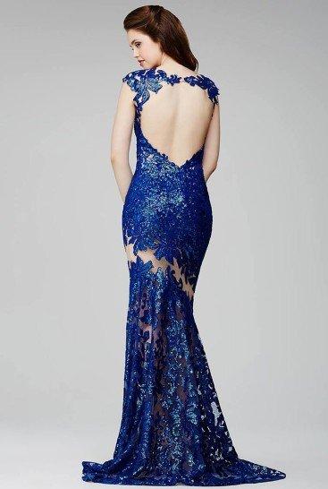 Облегающее вечернее платье темно-синего блестящего цвета.