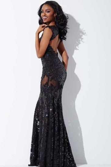 Необычное вечернее платье безупречно облегает фигуру прямым силуэтом.