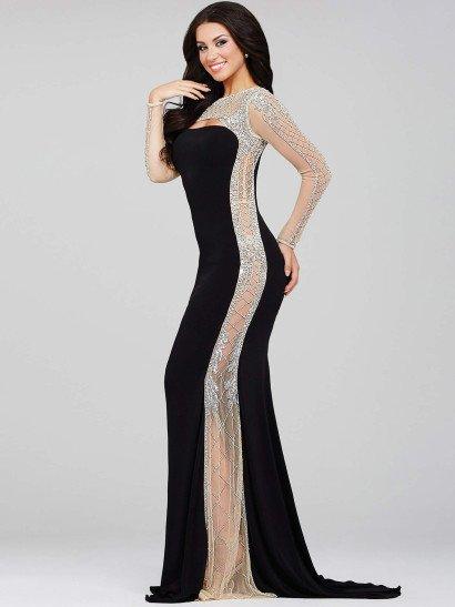 Облегающий крой черного вечернего платья великолепно дополняет полупрозрачная вставка, декорированная причудливой вышивкой серебристым бисером. Прозрачная ткань преображает лаконичный вырез декольте, создает длинные облегающие рукава и спускается сбоку, делая силуэт невероятно стройным и притягательным. Еще более ярко подчеркнуть торжественный характер образа помогает небольшой шлейф сзади.