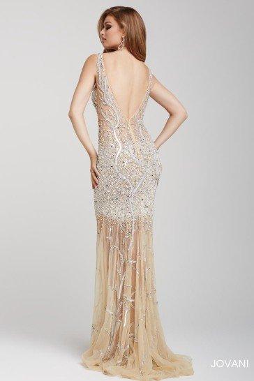 Длинное вечернее платье из легкой полупрозрачной ткани бежевого оттенка.