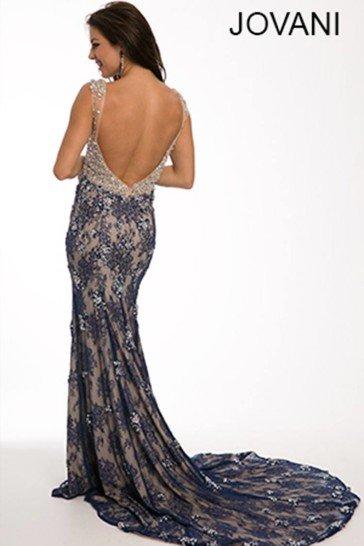 Вечернее платье с женственным силуэтом «русалка» дополнено асимметричным вырезом.
