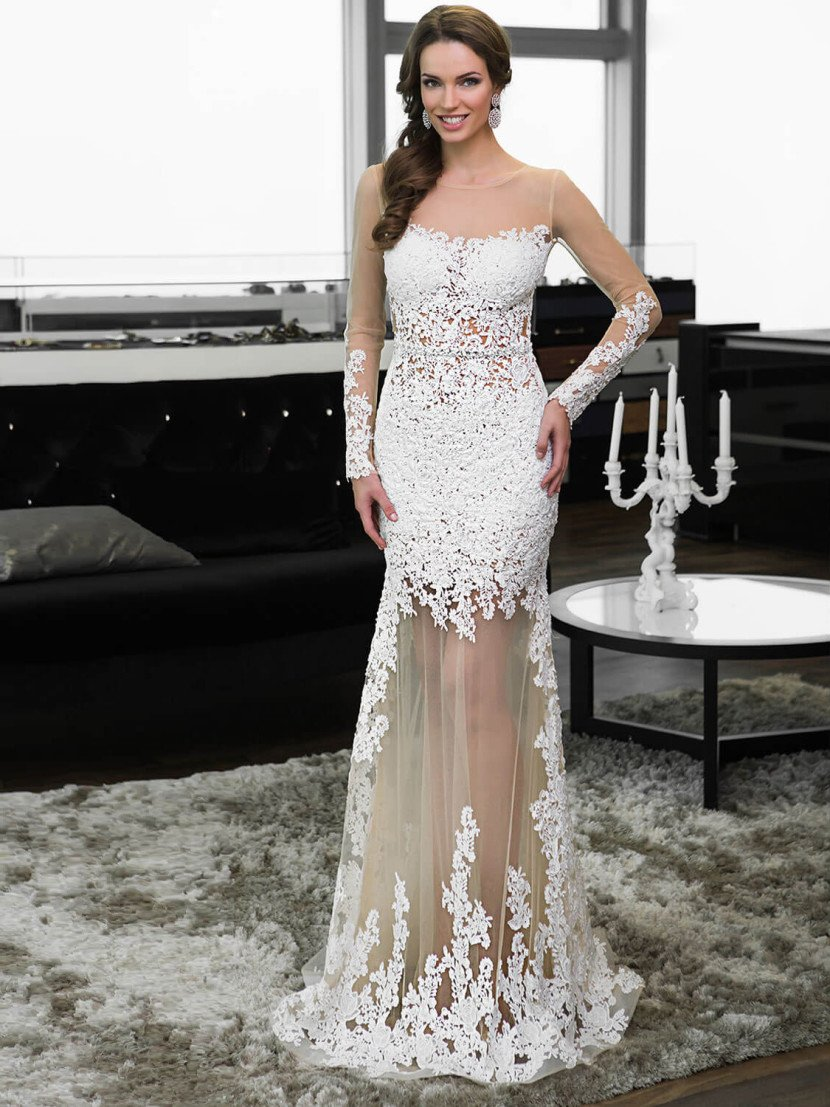 Белое длинное вечернее платье с длинными рукавами.
