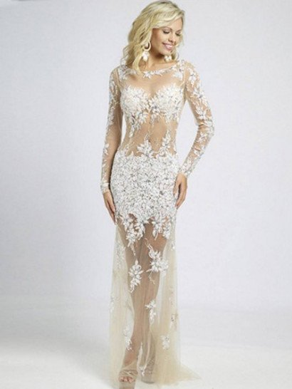 Прямое вечернее платье позволит создать самый яркий и притягательный образ. Оно полностью выполнено из бежевой полупрозрачной ткани, по которой располагаются кружевные аппликации белого цвета.   Кружево скрывает область лифа и широкой полосой проходит на уровне бедер, а также деликатно украшает длинные облегающие рукава и спускающуюся легкими волнами тонкую юбку. Спинка вечернего платья открыта глубоким округлым декольте.