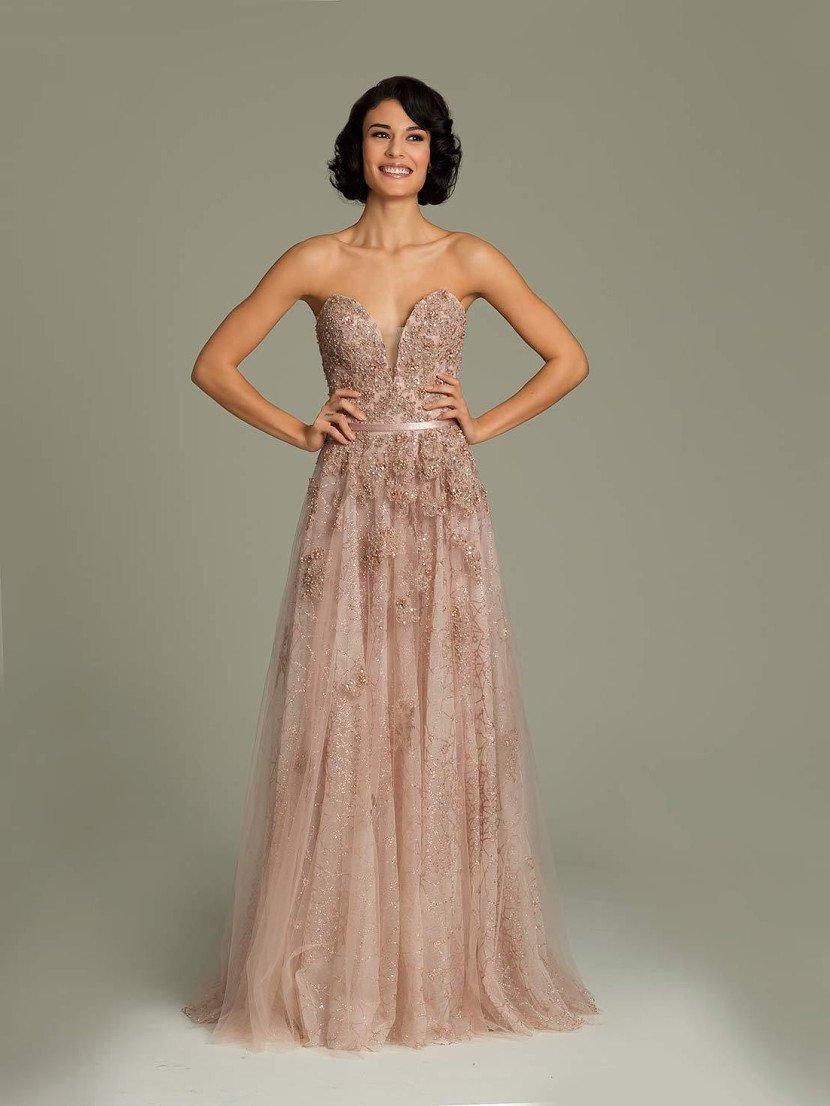 пудровый оттенок вечернего платья подчеркнут полупрозрачной фактурой ткани.