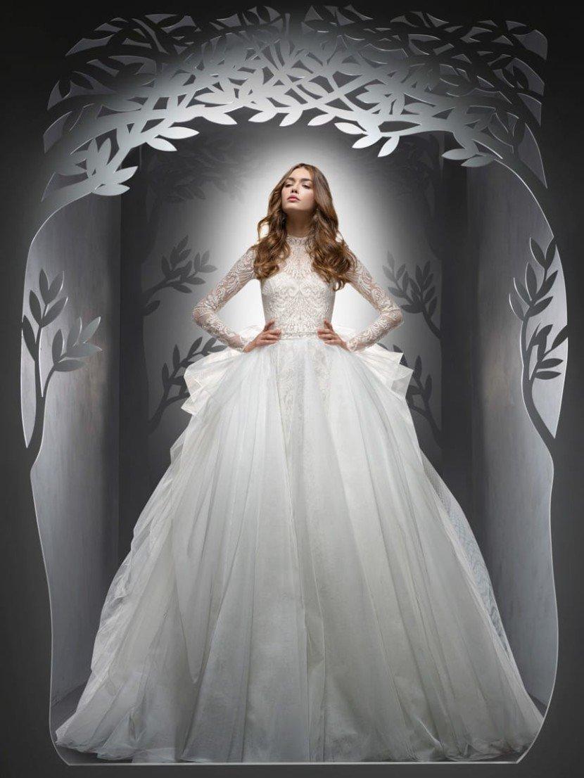 Свадебное платье-трансформер. Впечатляющая объемом многослойная юбка пышного свадебного платья украшена вертикальными складками.