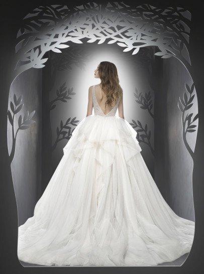 Пышное свадебное платье спереди украшенное кружевом