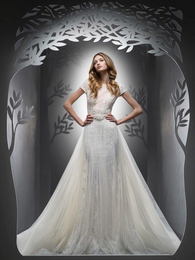 Великолепное свадебное платье с роскошной верхней юбкой силуэта «принцесса».