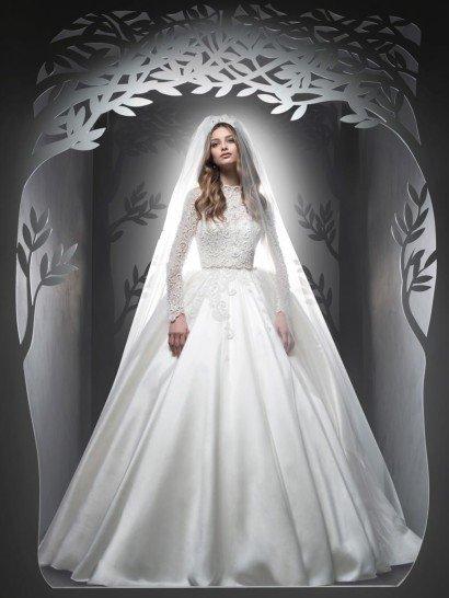 Пышное свадебное платье позволяет создать роскошный, незабываемый образ.  Покоряет фактурная атласная ткань объемной юбки, гармонично дополненная плотным кружевом, полностью покрывающим верх платья и спускающегося вертикальными полосами на подол.  Высокий фигурный воротник становится изысканным акцентом, прекрасно сочетающимся со сдержанными длинными рукавами облегающего кроя.