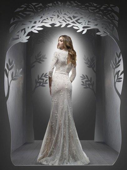 Элитное свадебное платье-трансформер. Впечатляющая пышная юбка закрытого свадебного платья украшена по бокам объемными складками полупрозрачной ткани.