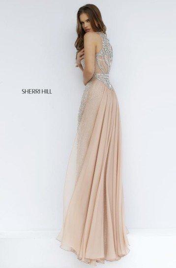 Бежевое платье со стразами.