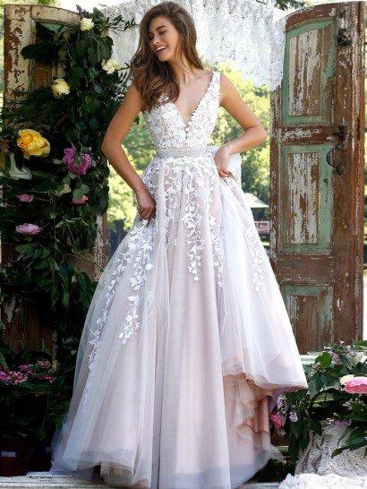 Роскошное вечернее платье создает великолепный образ для выпускного, романтичный и нежный.  Открытый лиф с глубоким V-образным вырезом оформлен полупрозрачной вставкой в области декольте и украшен белоснежными кружевными аппликациями.  Изящные полосы кружевной отделки спускаются и по многослойной юбке из полупрозрачной ткани, притягивающей внимание утонченным лиловым оттенком глянцевой подкладки.