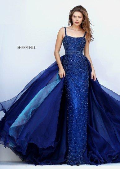 Темно-синее платье со шлейфом.