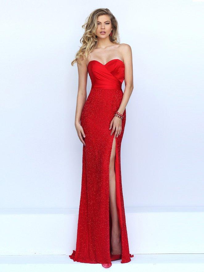 Красное облегающее платье с вырезом на ноге.