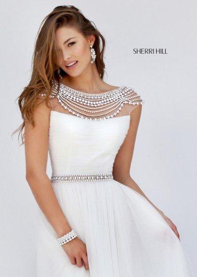 Стильное вечернее платье белого цвета.