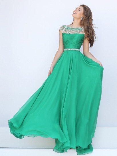 Роскошное вечернее платье на выпускной стильно декорировано по корсету с изящным прямым лифом множеством горизонтальных драпировок ткани, раскрывающих всю красоту атласной фактуры ткани глубокого зеленого цвета.  Струящаяся по фигуре юбка из нескольких слоев шифона спускается волнами от талии, охваченной узким поясом, расшитым серебристым бисером.  Такая же вышивка укрывает и область декольте, очерчивая шею широким округлым вырезом.