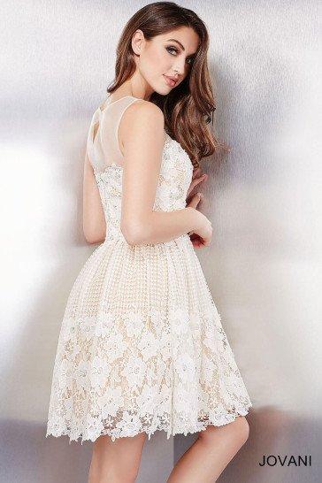Романтичное вечернее платье бежевого цвета с белой отделкой.