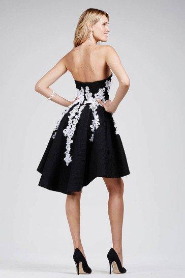 Короткое черное коктейльное платье с белым узором.