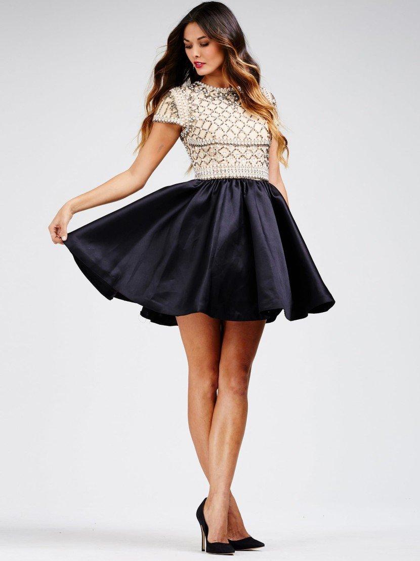 Короткое вечернее платье с черной юбкой и белым верхом.