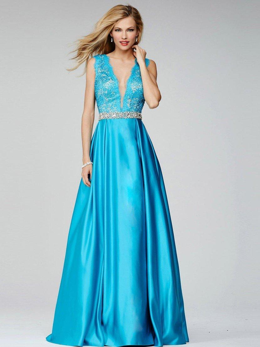 Голубое вечернее платье с глубоким декольте V-образной формы.