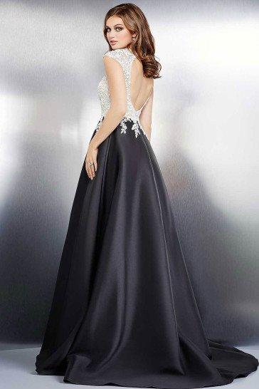 Торжественное вечернее платье сочетает в одном образе контрастые оттенки – черный и слоновой кости.