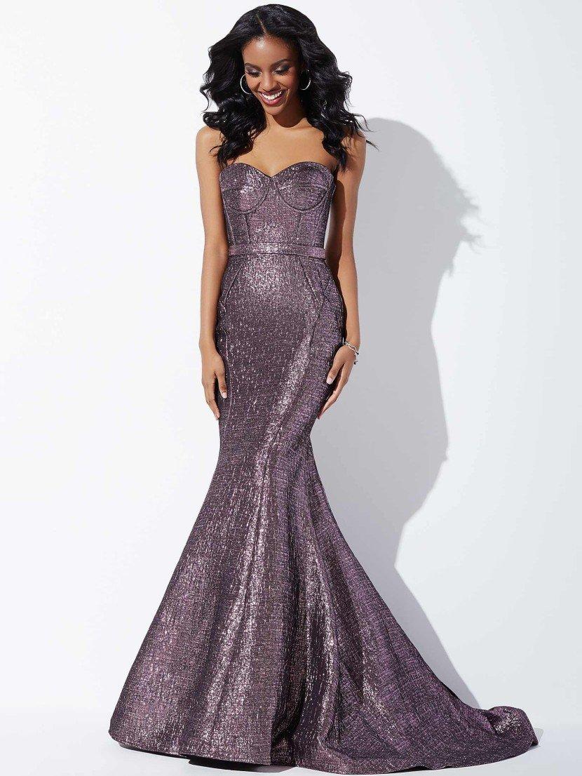 роскошное вечернее платье из плотной ткани фиолетового цвета с фактурой «металлик».