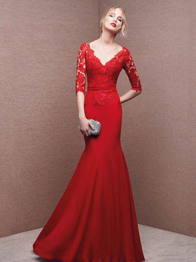 Алое вечернее платье кроя «русалка» с отделкой плотным кружевом с мелким цветочным рисунком.