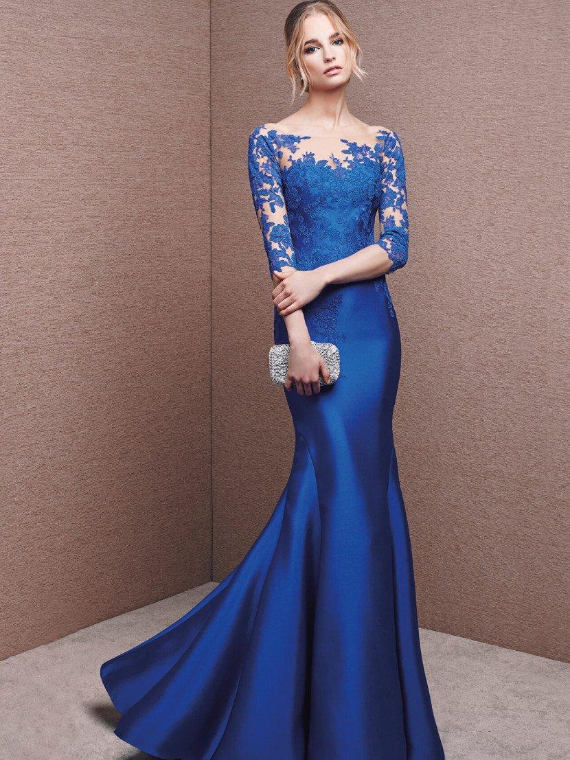 Глянцевая фактура атласной ткани насыщенного синего цвета служит изящной основой для силуэта «русалка».