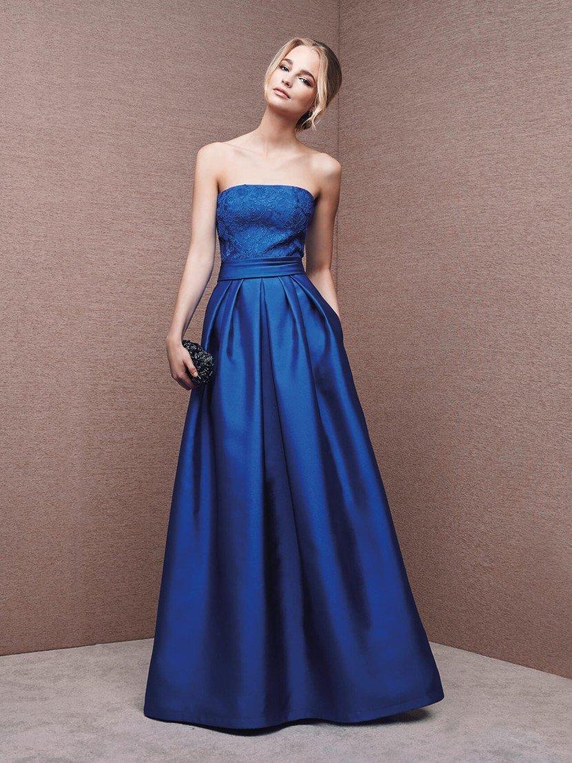 атласное вечернее платье глубокого синего цвета с прямым декольте.