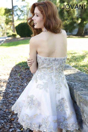 Роскошное пышное вечернее платье длиной чуть выше колена.