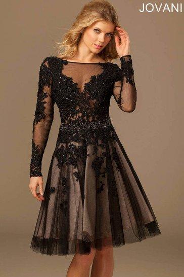 Короткое вечернее платье с полупрозрачным черным верхом и белой подкладкой.