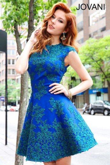 Короткое вечернее платье насыщенного голубого цвета.