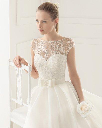 Пышное свадебное платье, украшенное кружевом.