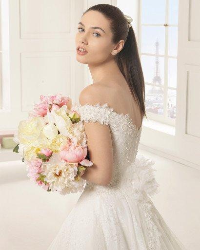 Роскошное свадебное платье с портретным декольте.
