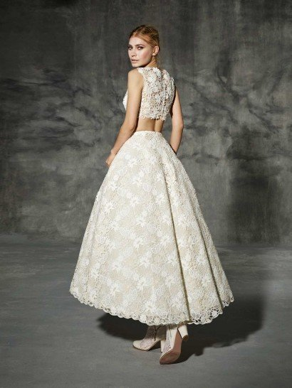 Романтичное свадебное платье из кружева цвета слоновой кости.