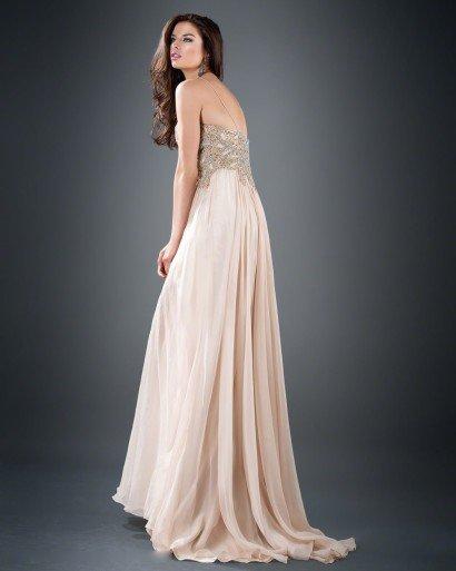 Роскошное вечернее платье светлого бежевого оттенка с разрезом до середины бедра.