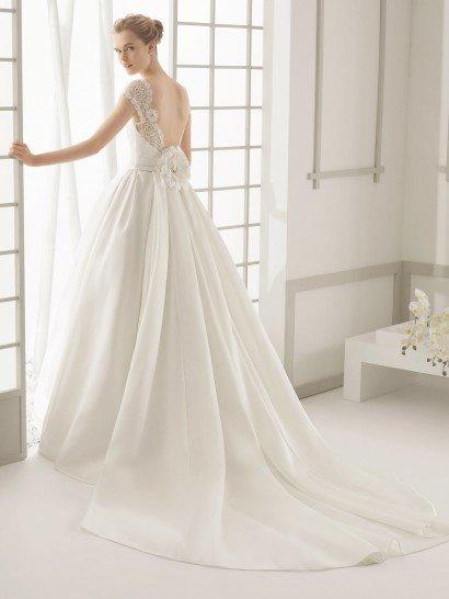 Пышное свадебное платье с кружевным верхом.