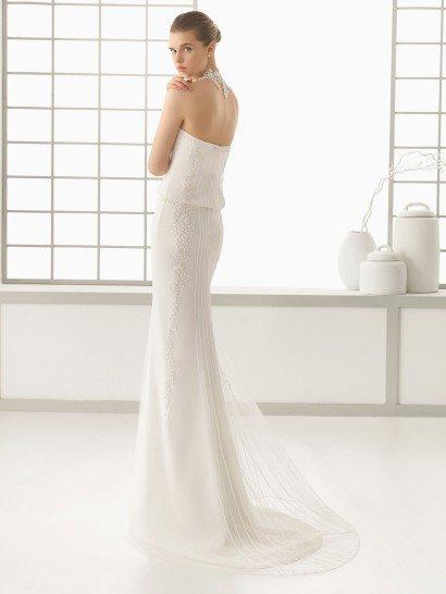 Открытое свадебное платье прямого силуэта.