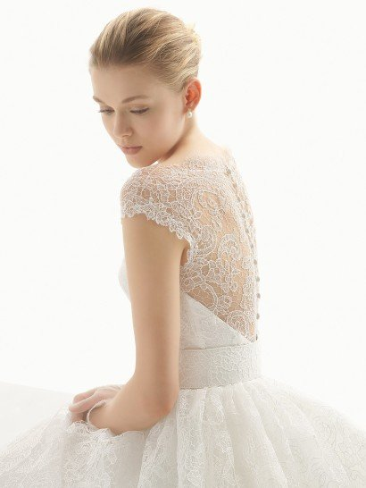Пышное свадебное платье с поясом.
