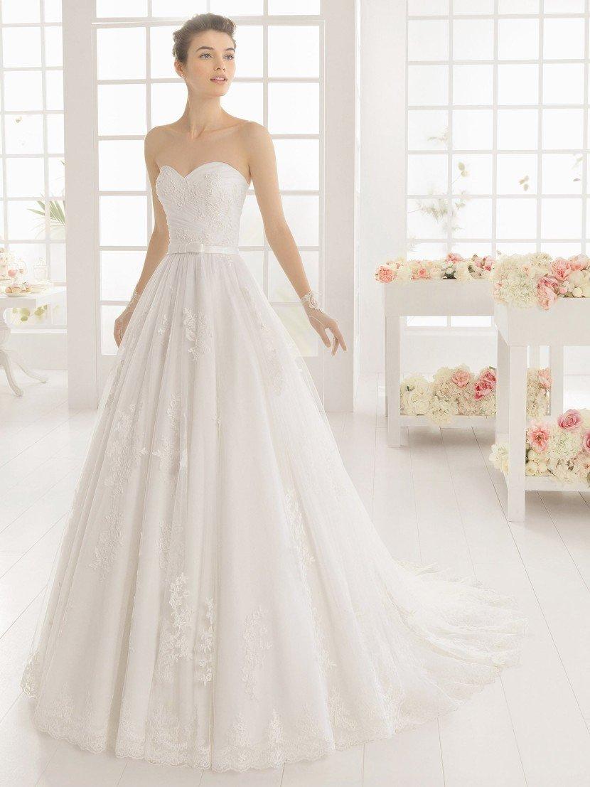 Элегантное свадебное платье с открытым корсетом.