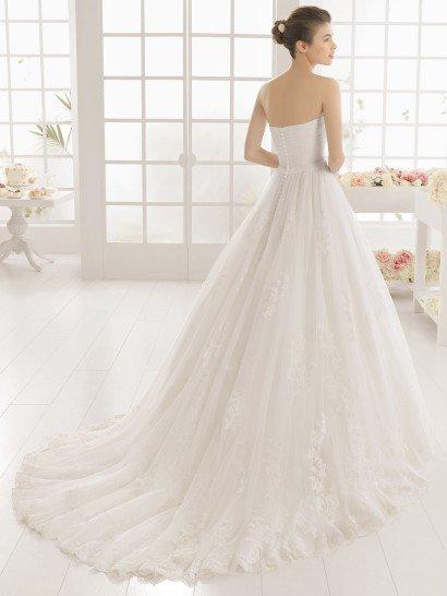 Элегантное свадебное платье с открытым корсетом и пышным силуэтом.