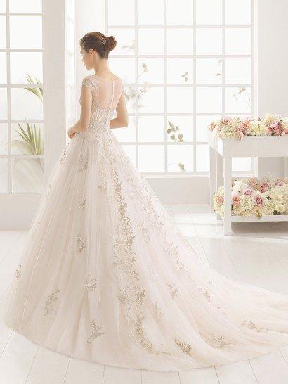 пышное не белое свадебное платье из тюля и кружева.