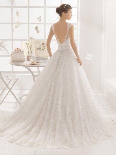 Пышное свадебное платье с глубоким V-образным вырезом на спинке.