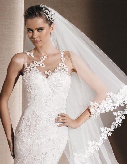 Торжественное свадебное платье с силуэтом «русалка» и кружевной отделкой.