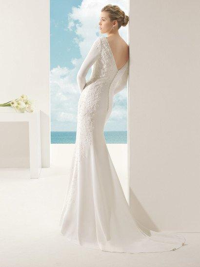 Прямое свадебное платье из крепа.