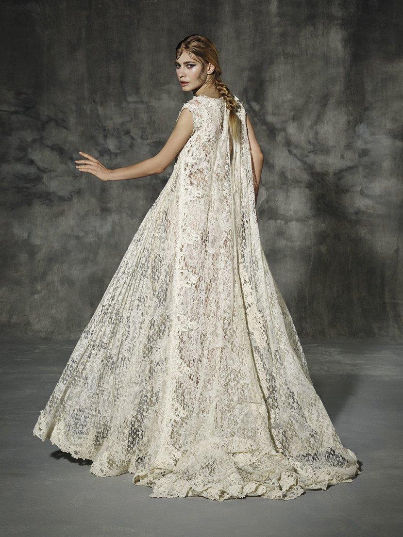 0cad64ab27f Намек на абайю с Ближнего Востока можно заметить в платье Amposta. Это свадебное  платье просторного кроя