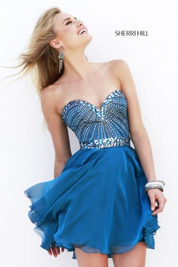 Синее выпускное платье с короткой юбкой и декором из пайеток.